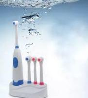 Электрическая зубная щетка с тремя запасными насадкам