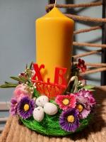 Декорированная пасхальная свеча в подставке из цветов и яичек
