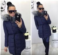 Удлиненная куртка с серым мехом, пояском и брошь тем-синяя ZI